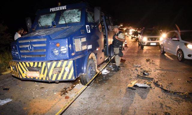 Com tiroteio e explosão, ataque a carro-forte na BR-232 deixa feridos3