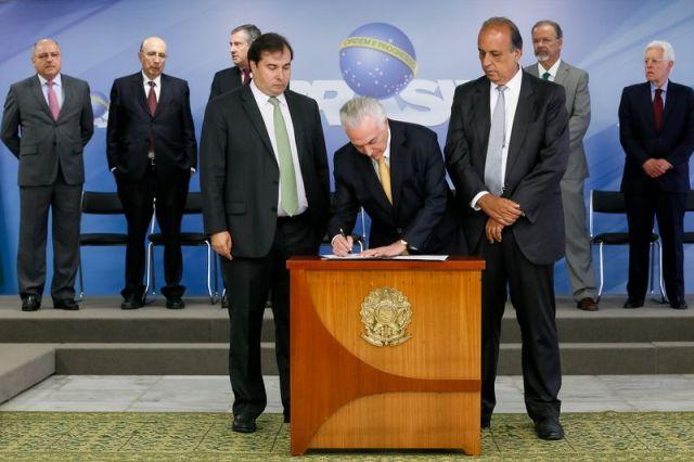 Brasília - Presidente Michel Temer durante cerimônia de assinatura de decreto de intervenção Federal no estado do Rio de Janeiro, no Palácio do Planalto (Beto Barata/PR)