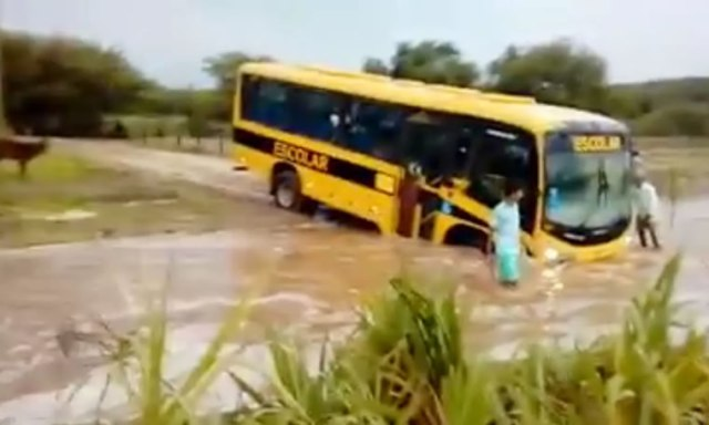 Motorista-de-ônibus-lotado-com-crianças-tentar-cruzar-correnteza